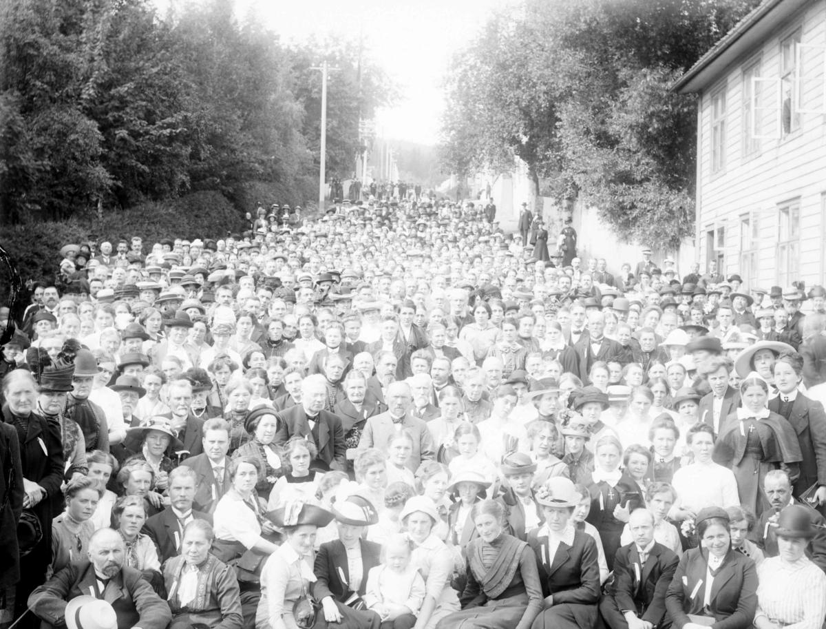 Mange mennesker i Sommerfeldtbakken, nedre del av  Langesgate