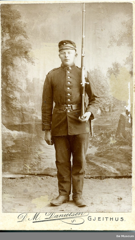 Atelierfoto av ein ukjent mann i militæruniform