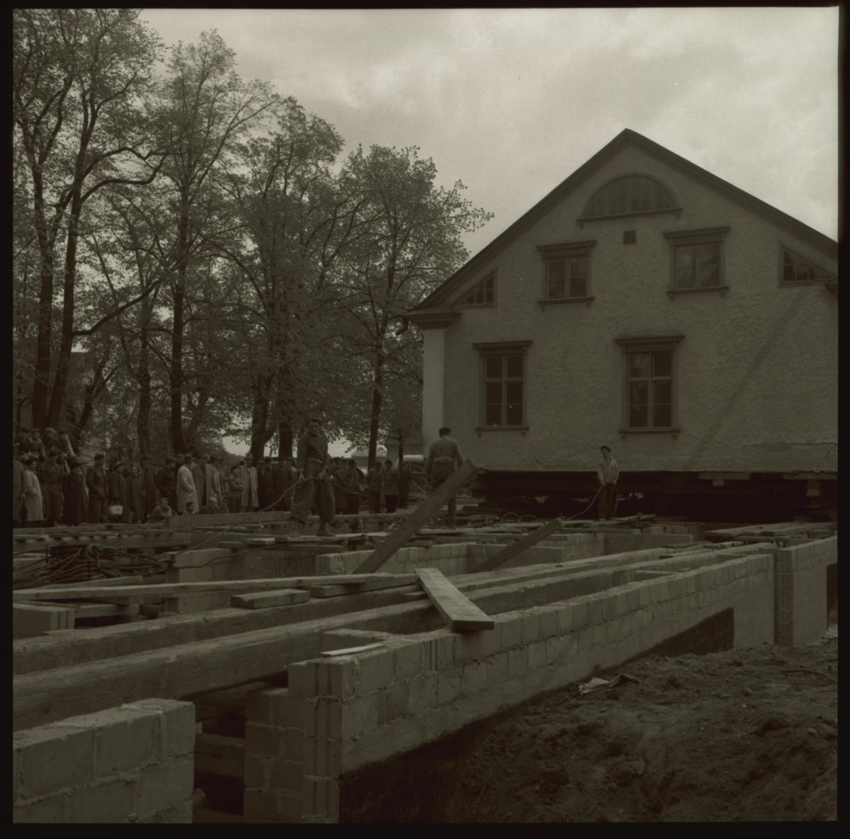 Flyttning av domprostgården.Domprostgården flyttades något tiotal meter mot norr för att möjlliggöra Storgatans breddning. Gården blev domprostgård i slutet av 1800-talet och äganderätten skulle överföras från staden till församlingen, detta fullföljdes inte förrän i april 1952. Landskamreraren J O Hertzman uppförde byggnaden i början av 1800-talet. Gården har ägts av olika tjänstemän, mellan 1863-1890 tillhörde gården familjen Lagerfelt på Gismestad. Först 1897 blev den domprostgård och var boställe för stiftets domprostar fram till 1992.