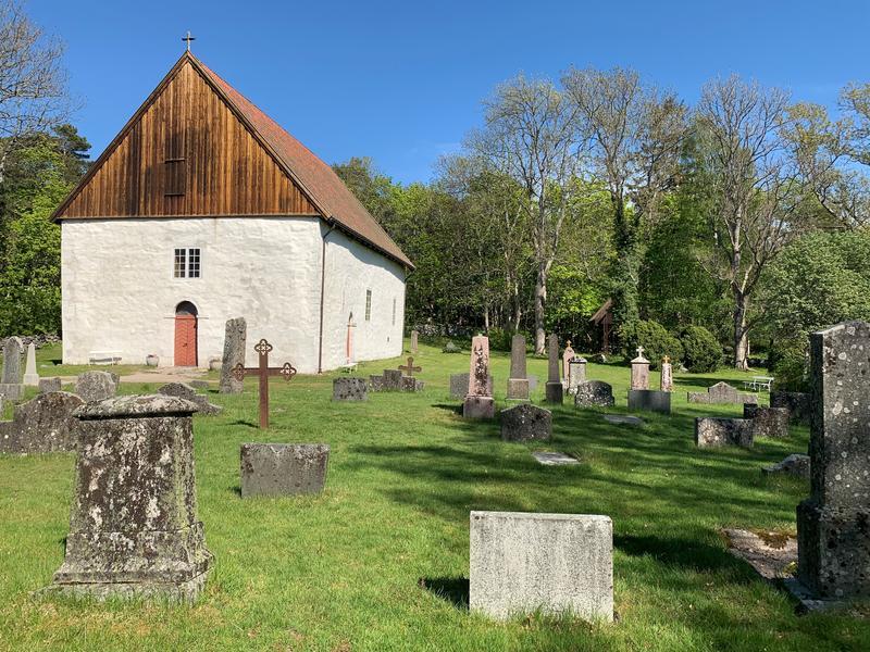 Vandring på kirkegården (Foto/Photo)