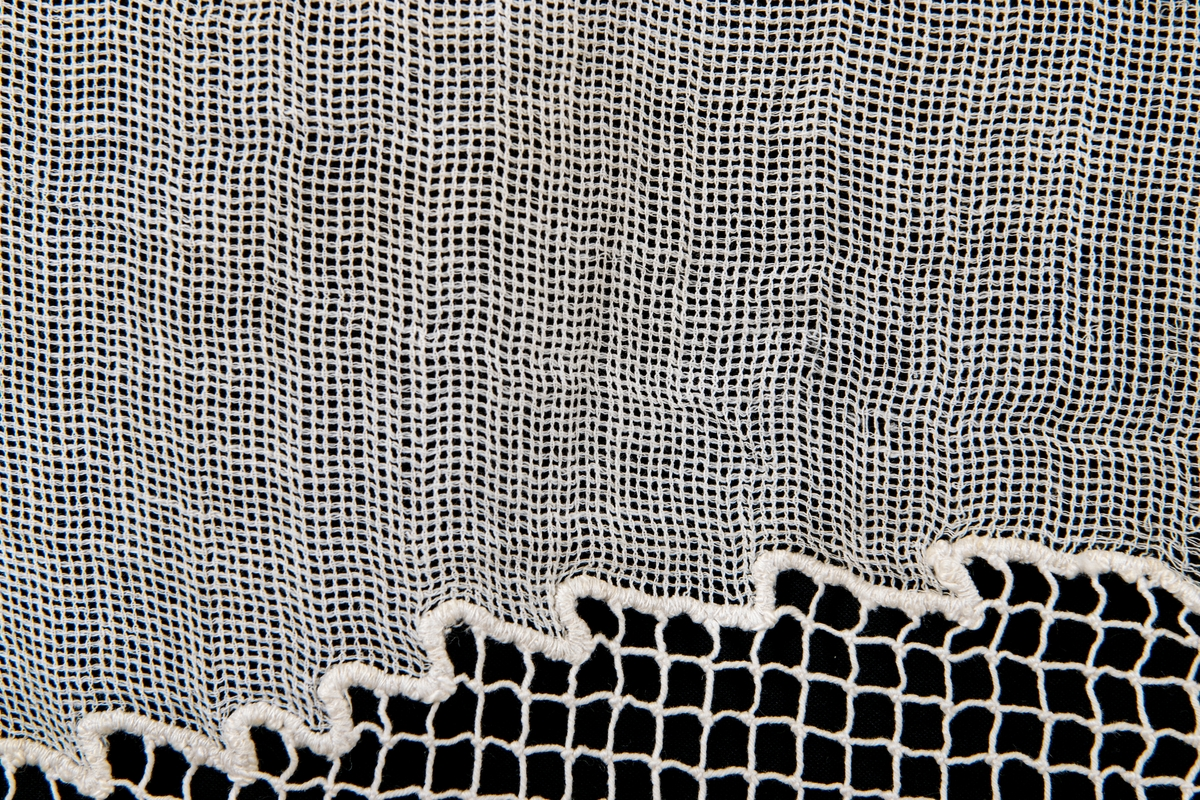 Gardinkappa. Tråd. Grov nätliknande med uddspets och tofsar.