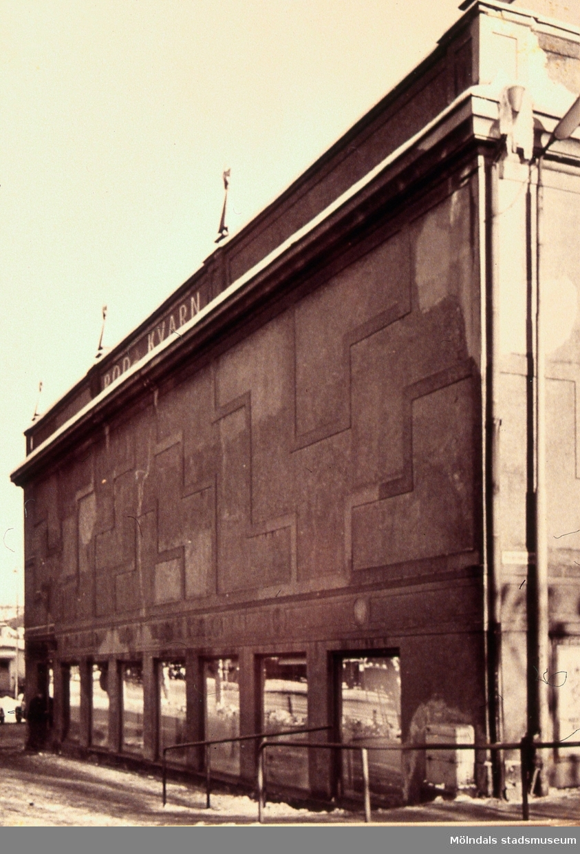 Kvarnbygatan 1, Röda kvarn, i Mölndals Kvarnby på 1930-talet. I byggnaden låg Mölndals tredje postkontor, från februari 1929 till september 1938. AF 14:36.