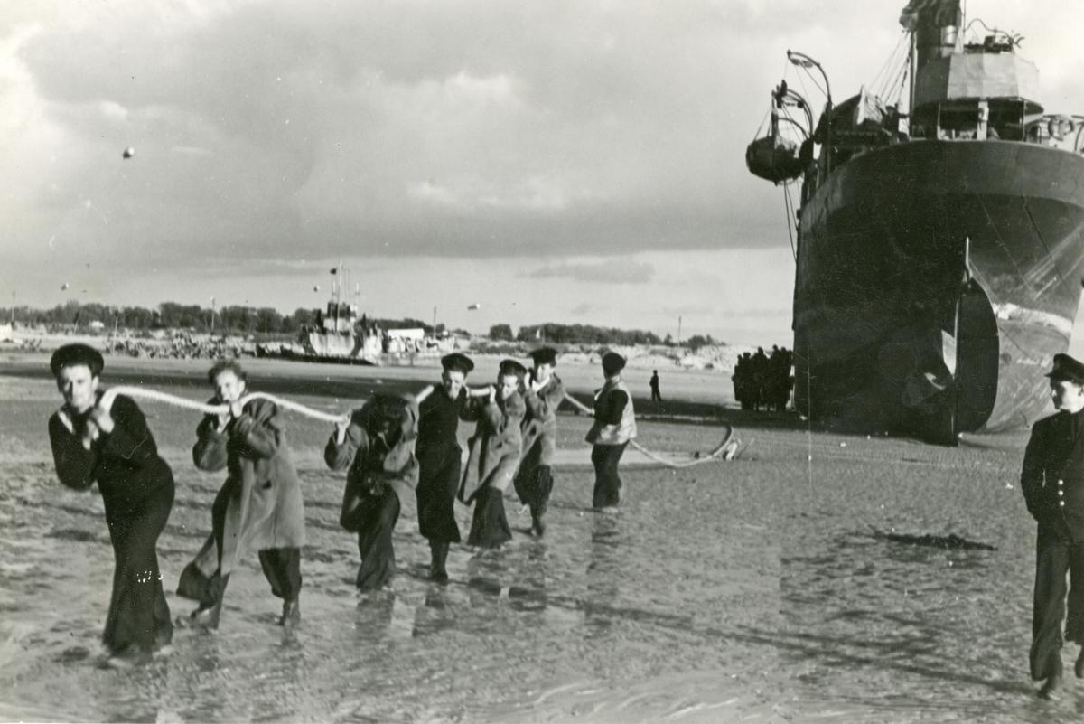 Dampskipet 'Vestmanrød' fotografert under lossingen av forsyningene til det amerikanske frontavsnittet i Normandie under 2. verdenskrig