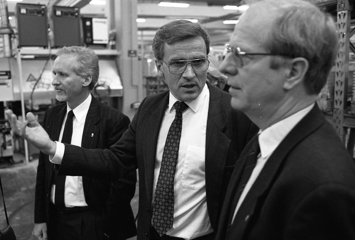 Arbogas kommunalråd, Per-Olof Nilsson (till vänster) och landshövding Jan Rydh (till höger) besöker ASEA Brown Boveri Kostymklädda herrar i industrilokal