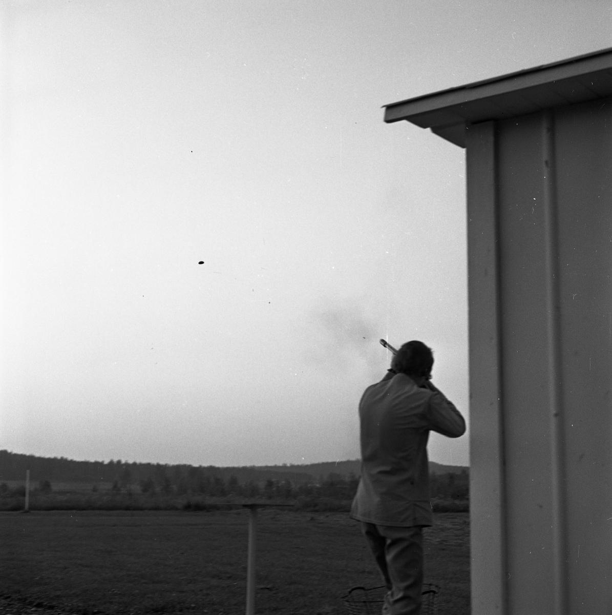 Lerduveskytte i Gyttorp. Skyttar från Arboga tränar. Man som skjuter mot lerduva.