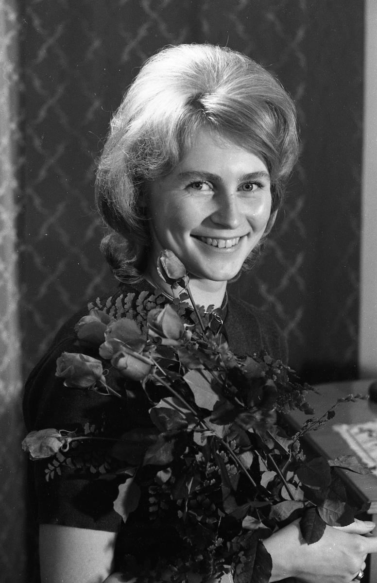 Kerstin Eklund, Arbogas Lucia, 1960-talet Ung kvinna med en bukett rosor. Porträtt
