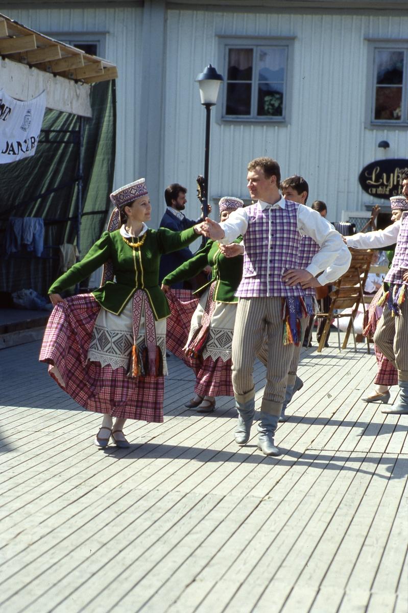 Arbogaträffen Uppvisning av utländs dansgrupp, på uppbyggd dansbana. Platsen är Stora torget och butik Lyktan skymtar i bakgrunden.