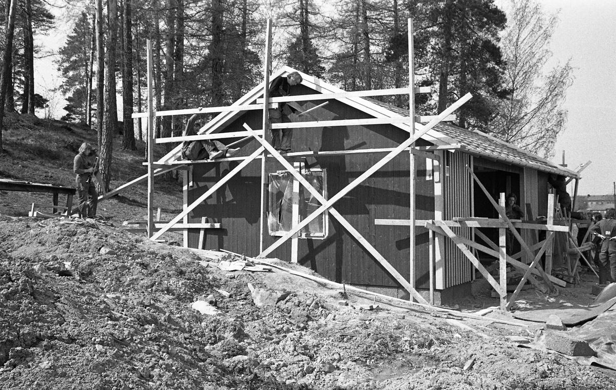 Bågskyttarna får ett nytt hus, vid bågskyttebanan nedanför Teknikbacken. Byggnadsställningar och människor som arbetar med huset.
