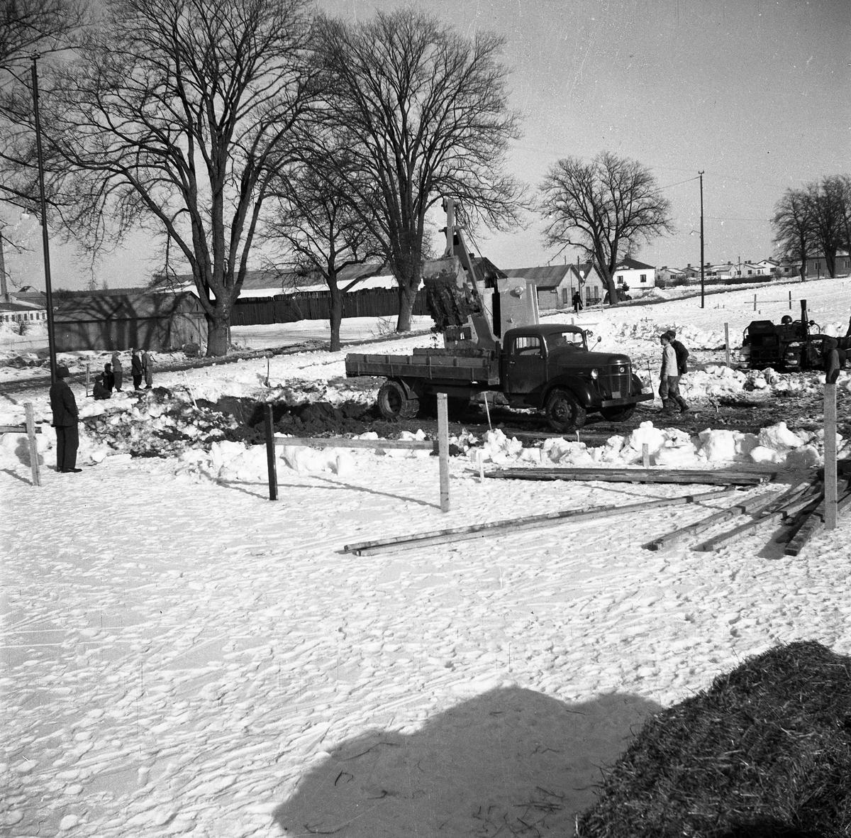 Här ska Gäddgårdsskolan byggas. Lastbil och grävskopa i arbete.