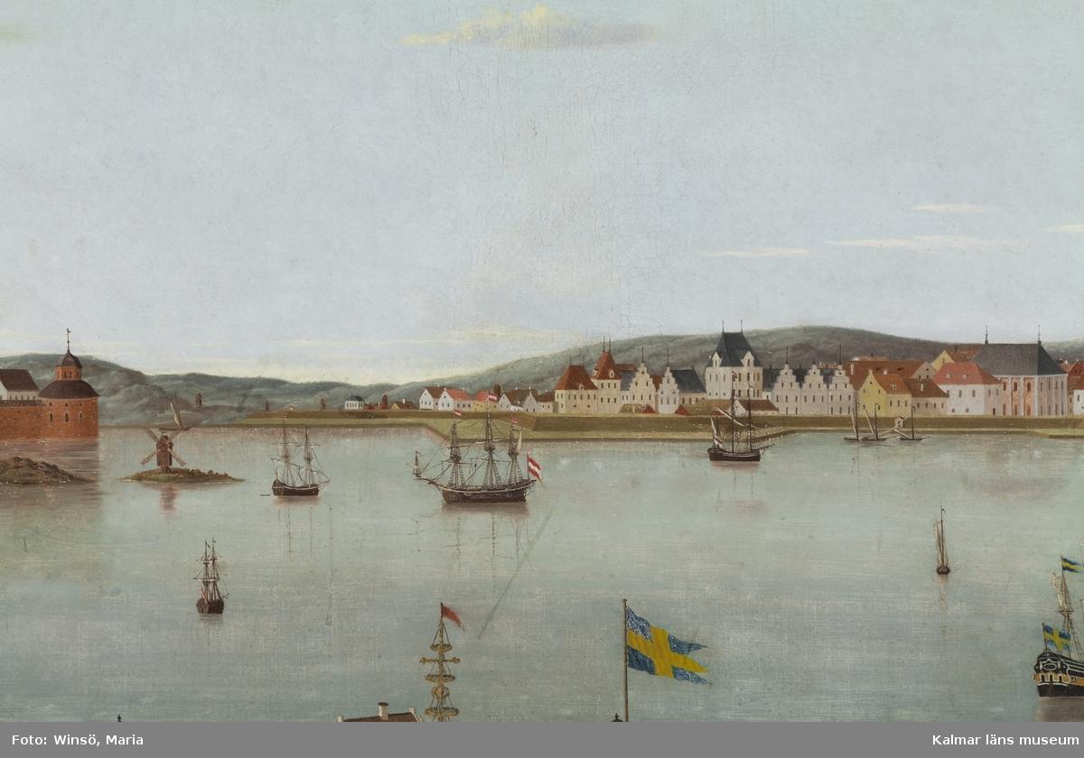 Kvarnholmen, Kalmar nya stad och Kalmar slott, i förgrunden Grimskär, i bakgrunden berg och kullar, framför staden i vattnet ett flertal skepp och mindre båtar, den ostligaste delen av Kvarnholmen finns inte med i motivet. På Grimskär syns både midsommarstång och hissad flagga.