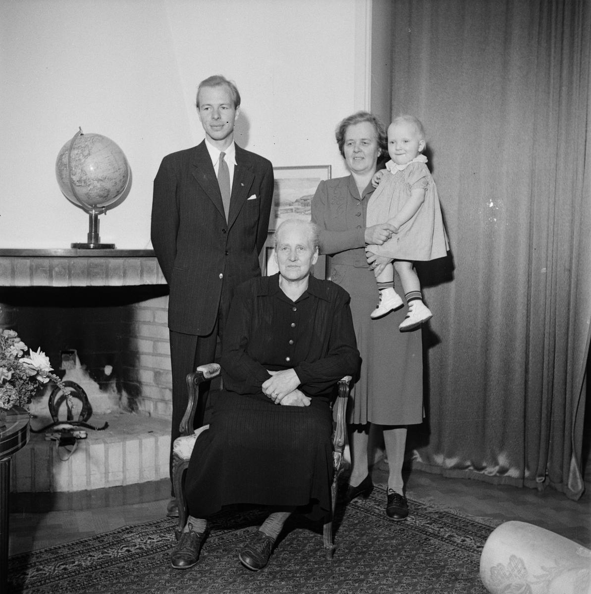 Möbelfabrikör Ture Waldén med familjen, fyra generationer, Uppsala 1947