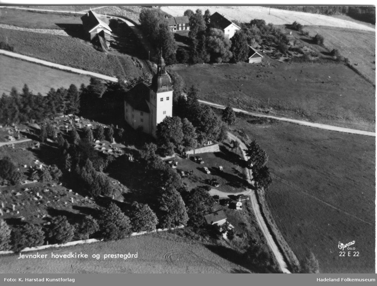 Jevnaker kirke med Jevnaker prestegård i bakgrunnen.