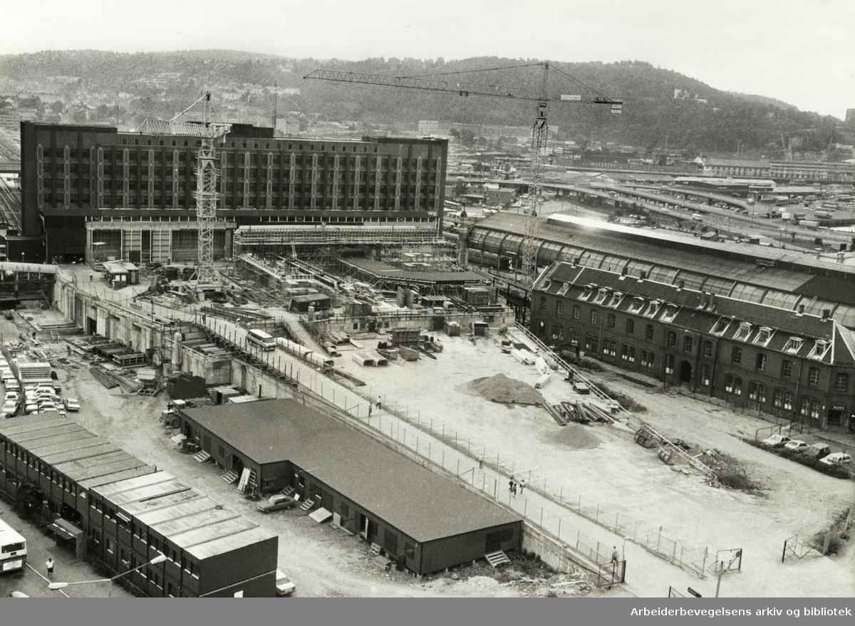Jernbanetorget. Mye gravearbeider før sentralt kollektivknutepunkt i Oslo skal være ferdig, innen 1988. August 1984