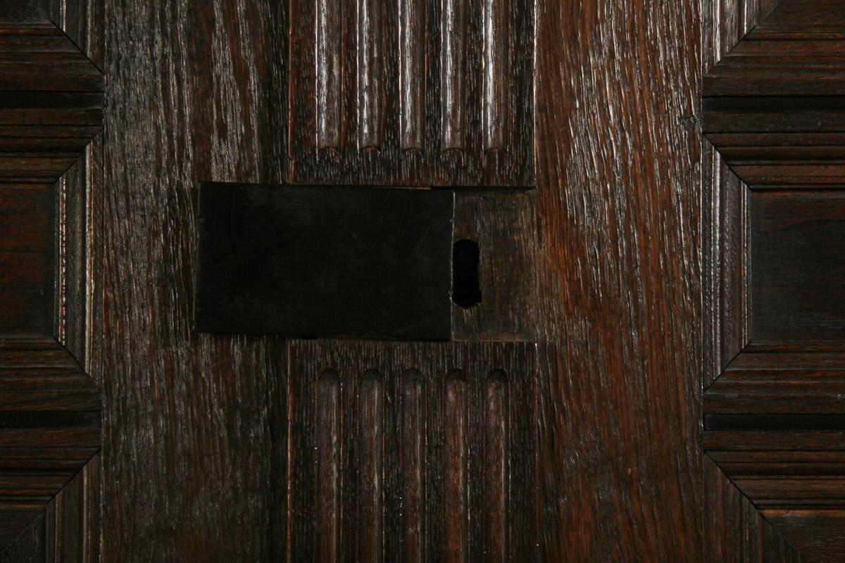 Eik, mørkere lister, utskåret beslag ornamentikk, utskåret profilert underkant.
