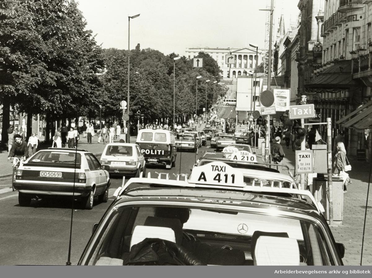 Karl Johans gate. Drosjekø. Juni 1983