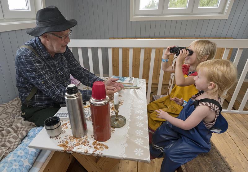 Gotmar Rustad, alias Tobias i tårnet for anledningen, leder an en fin samtale med barna om skogens betydning. Foto: Bård Løken /Anno Norsk skogmuseum.
