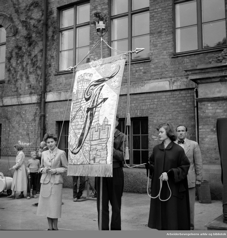 Overrekkelse av den nye fanen til Fagerborg skole, 17. mai 1953.