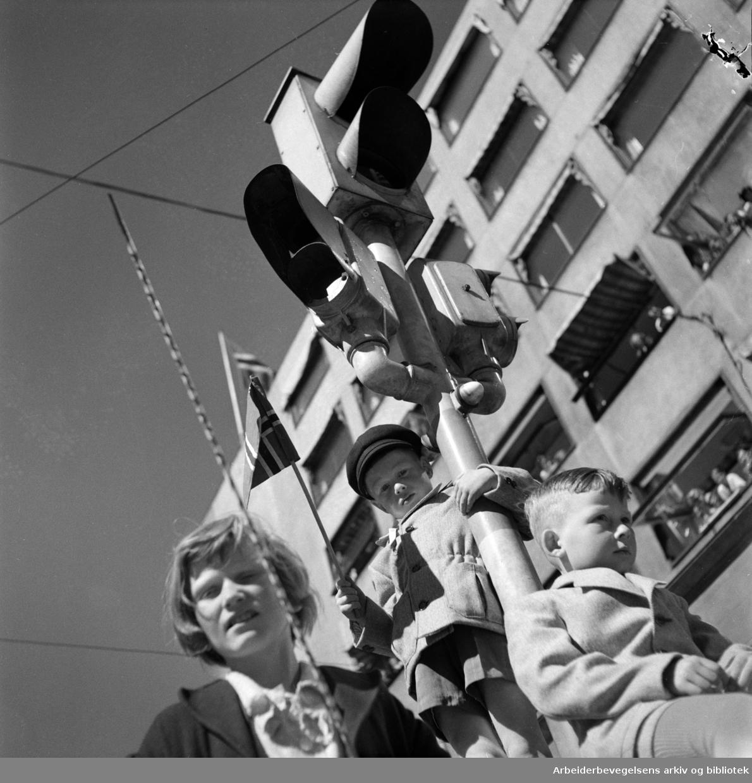 Barnetoget. Tilskuere. Trafikkfyr. 17. mai 1951