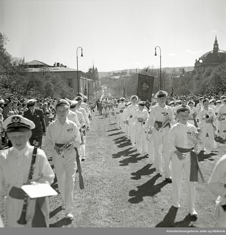 Barnetoget. Guttemusikk. Fanen til Møllergata Skole i bakgrunnen. 17. mai 1951