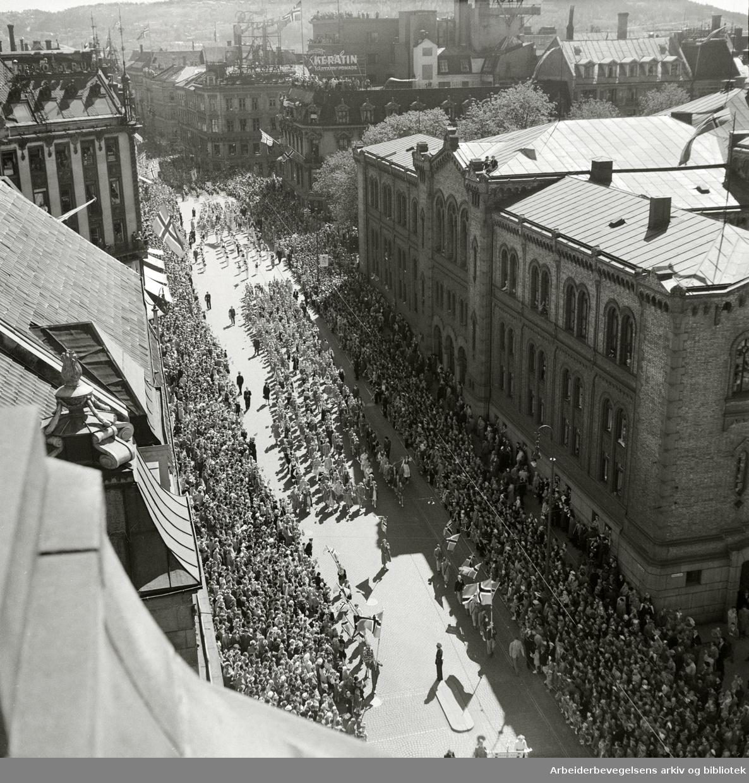 Barnetoget passerer Stortinget, 17. mai 1951. Fotografert fra taket på Grand Hotel.