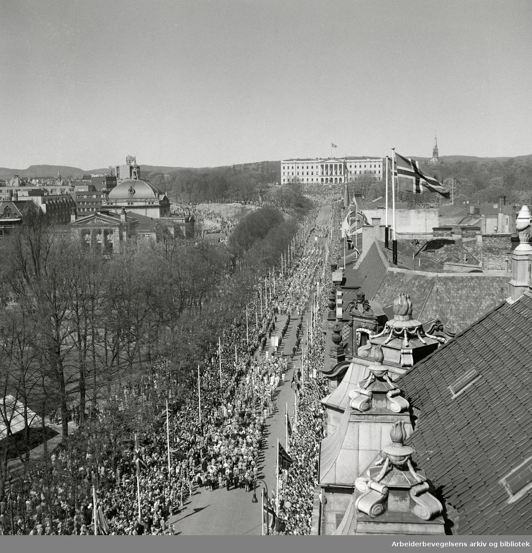 Barnetoget. Karls Johans gate, 17. mai 1951. Slottet. Studenterlunden. Nationaltheatret. Fotografert fra taket på Grand Hotel.