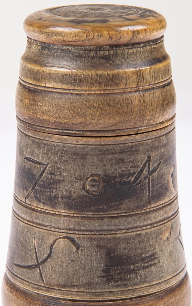 Bläckhorn. Horn. Märkt 1704 samt bomärken.  Med skruvlock, ben.