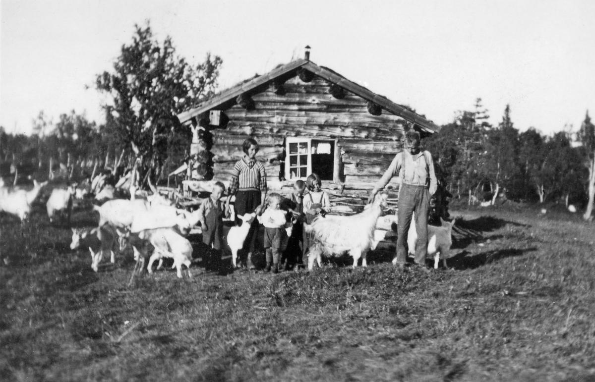 Setring på Aunslættet. Hanna og Rasmus Ramo og fire av deres barn, fra venstre Magnar, Leif, Olav og Oline.