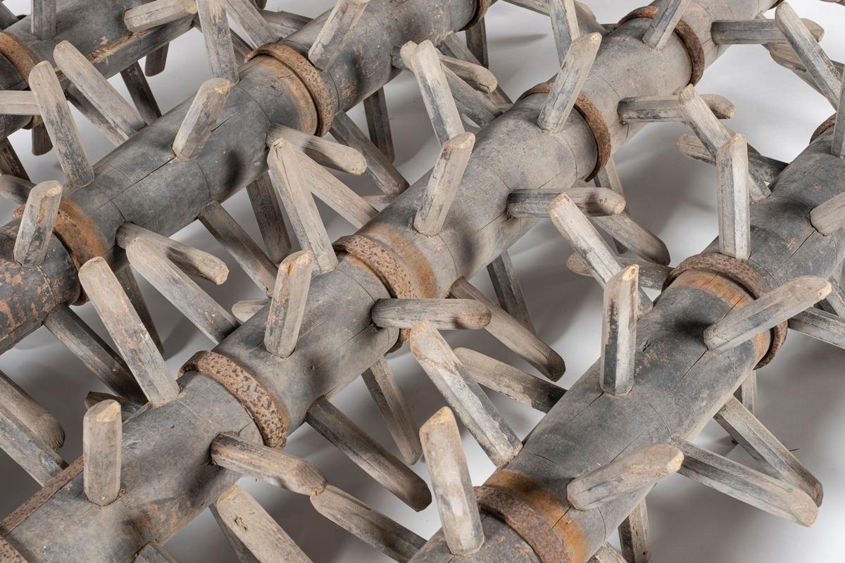 Kvadratisk valseharv med ramme og tinder i tre. Treverket er sinket i hjørnene, og forsterket med jernbeslag. Harven har fire valser med tinder festet i en krans rundt, slik at de roterer under bruk. På fremsiden av harven er det en ring av metall, muligens for tilkobling av drag. På baksiden av harven er det festet en kjetting på tvers. Harven har vært malt, malingen er slitt, men rammen har vært rød og valsene sorte.