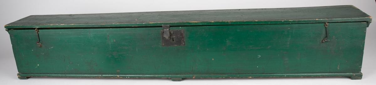 Fanekasse. Kassen er rektangulær med hengslet lokk.