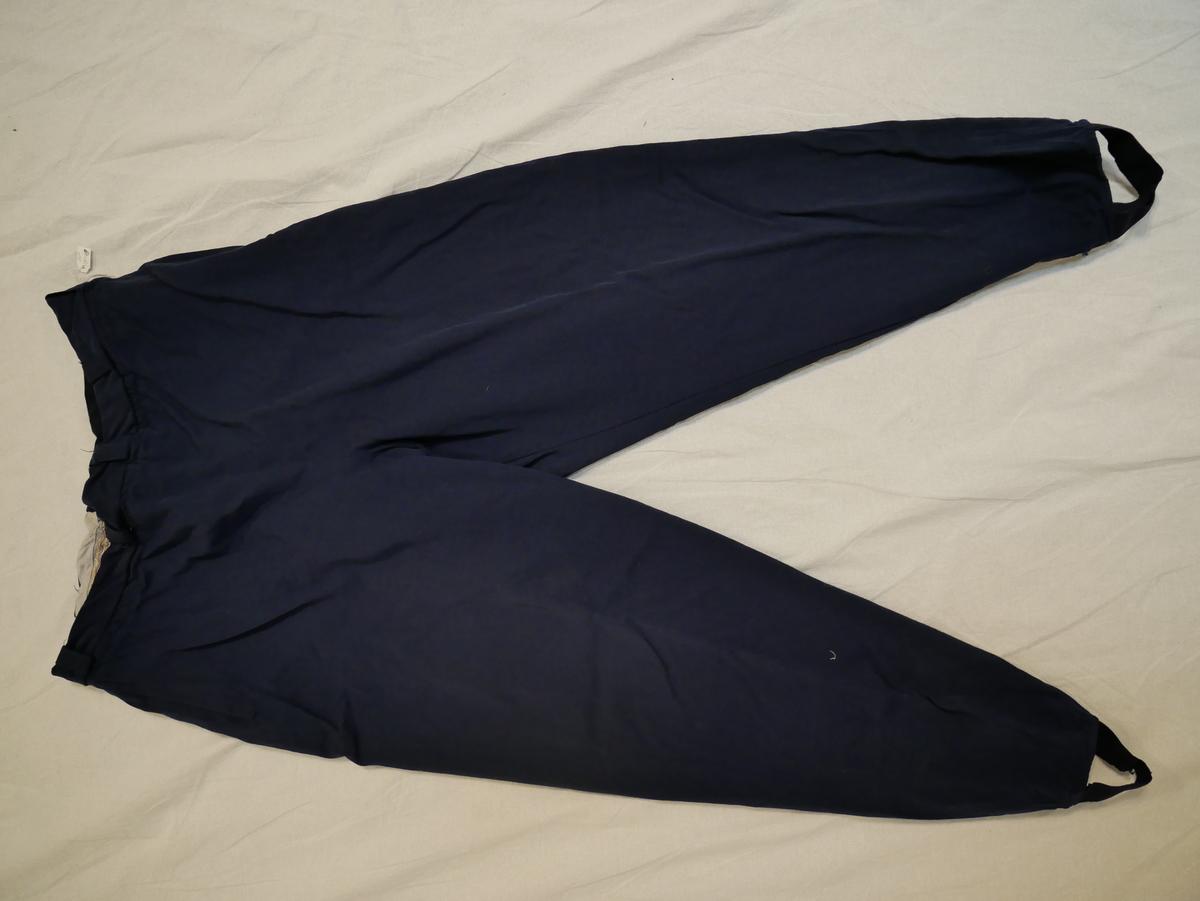Form: glidelås i sida, del av linning erstatta med ull, beltehemper, leggoppe under linningen, strikk til å feste under foten. Linningen er reparert.