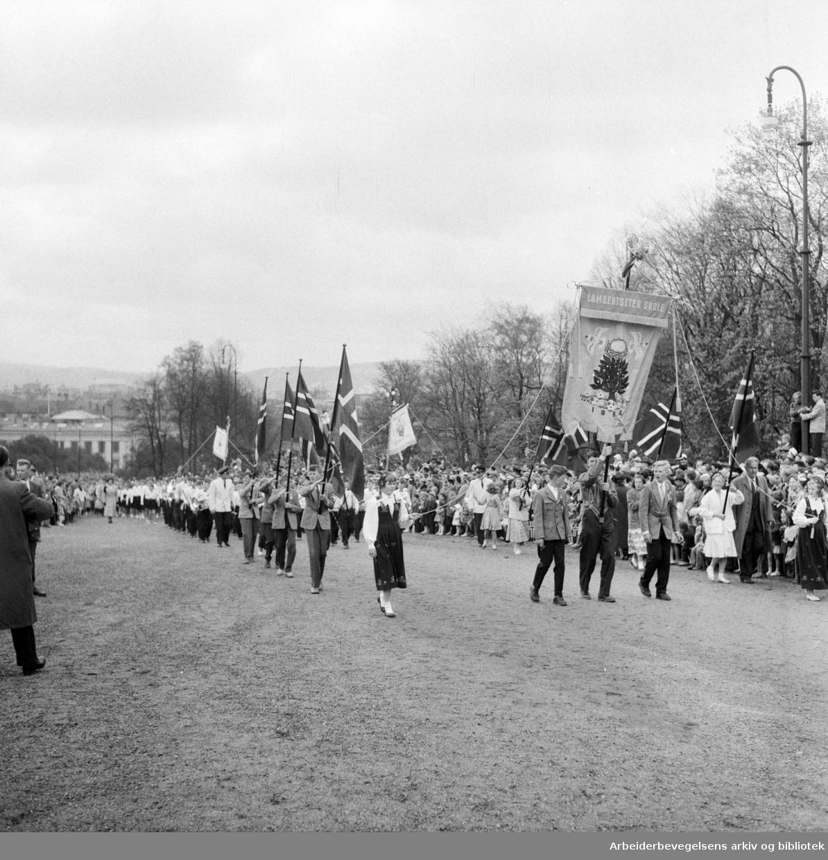 Barnetoget. Fanen til Lambertseter Skole. 17. mai 1957.
