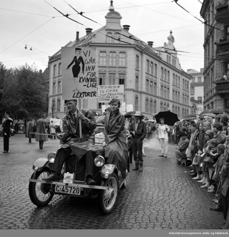 Russetoget 17. mai 1959. Niels Juels gate. Frogner Gymnas (Nå Hartvig Nissens skole).