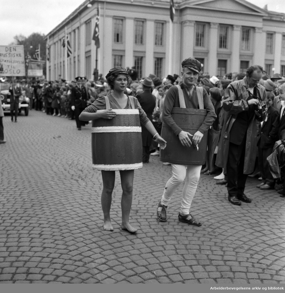 Russetoget 17. mai 1959. Universitetsplassen.