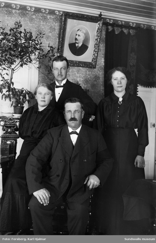 """Porträtt på """"Alfred Persson med familj i Klöstre"""" i hemmiljö."""