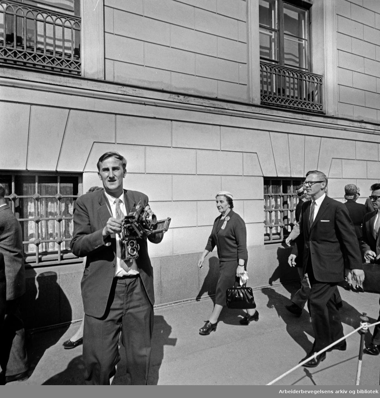 Israels utenriksminister Golda Meir på Karl Johans gate, 17. mai 1961.