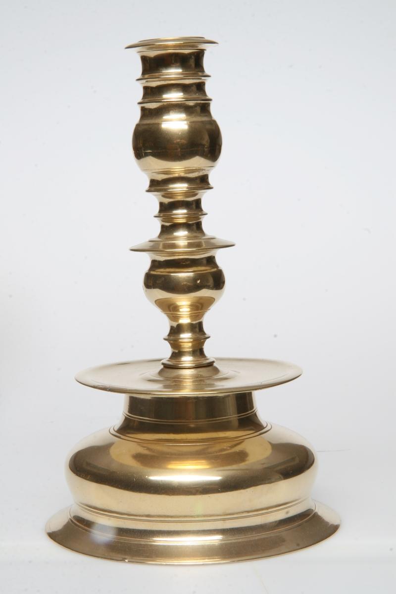 Rødlig. Kraftig profilert pipe, rund fot, plate mellom pipe og ot. Lik som AS.310559.