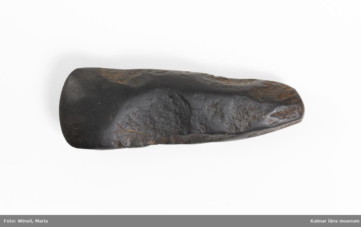 KLM 46279 Yxa utan skafthål. Av sten, basalt, svart. På ytan tydliga tillverkningsspår, ytan med avspaltningsärr, bipolärt slagen, däromkring slipad yta, välslipad egg. Utan sentida skador.  Datering, sen mesolitikum-tidig neolitikum, 4000 år f.Kr.