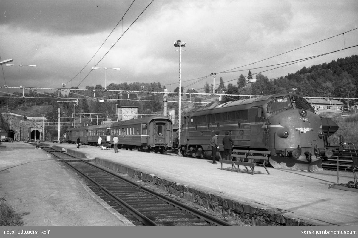 Diesellokomotiv Di 3 642 med dagtoget til Oslo, tog 352, på Dombås stasjon