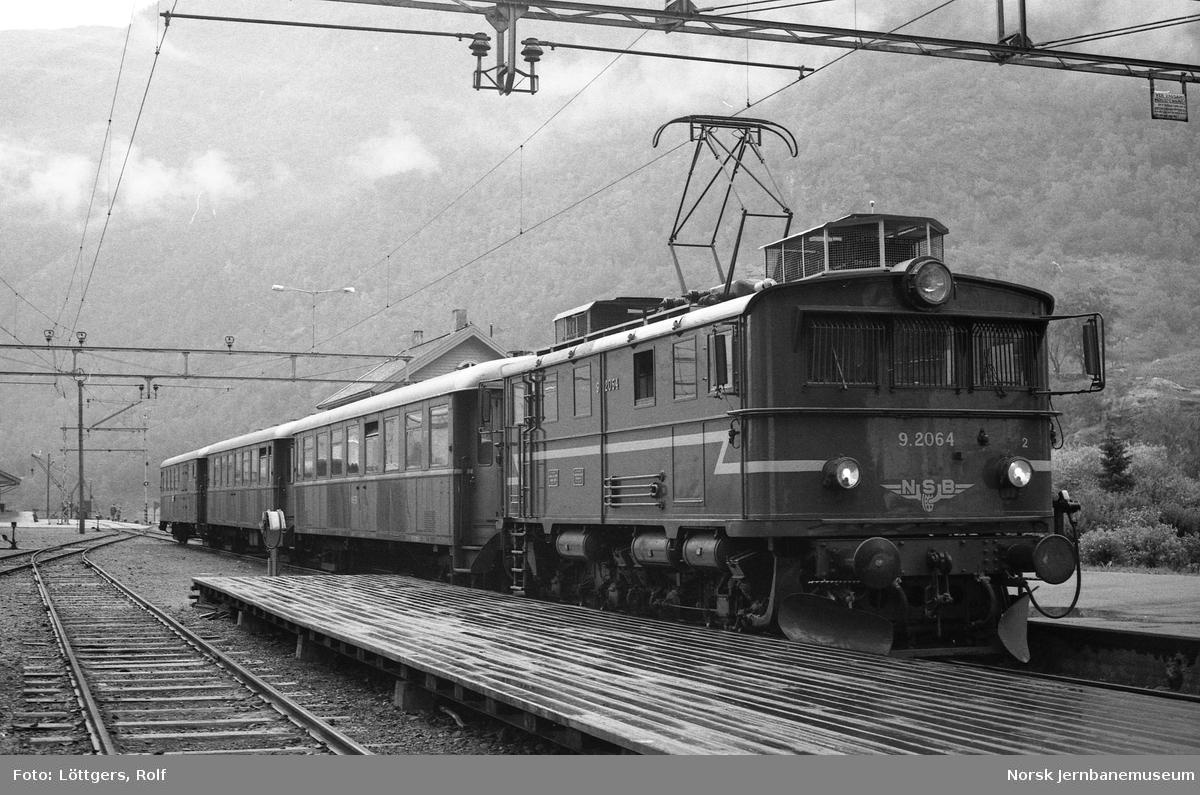 Elektrisk lokomotiv El 9 2064 med persontog til Myrdal på Flåm stasjon