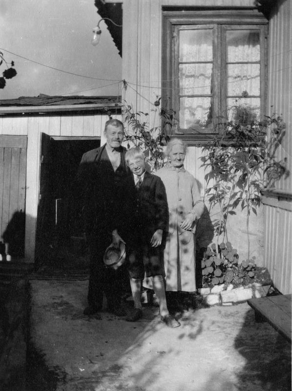 Augusta sammen med Marius og barnebarnet Kristian.
