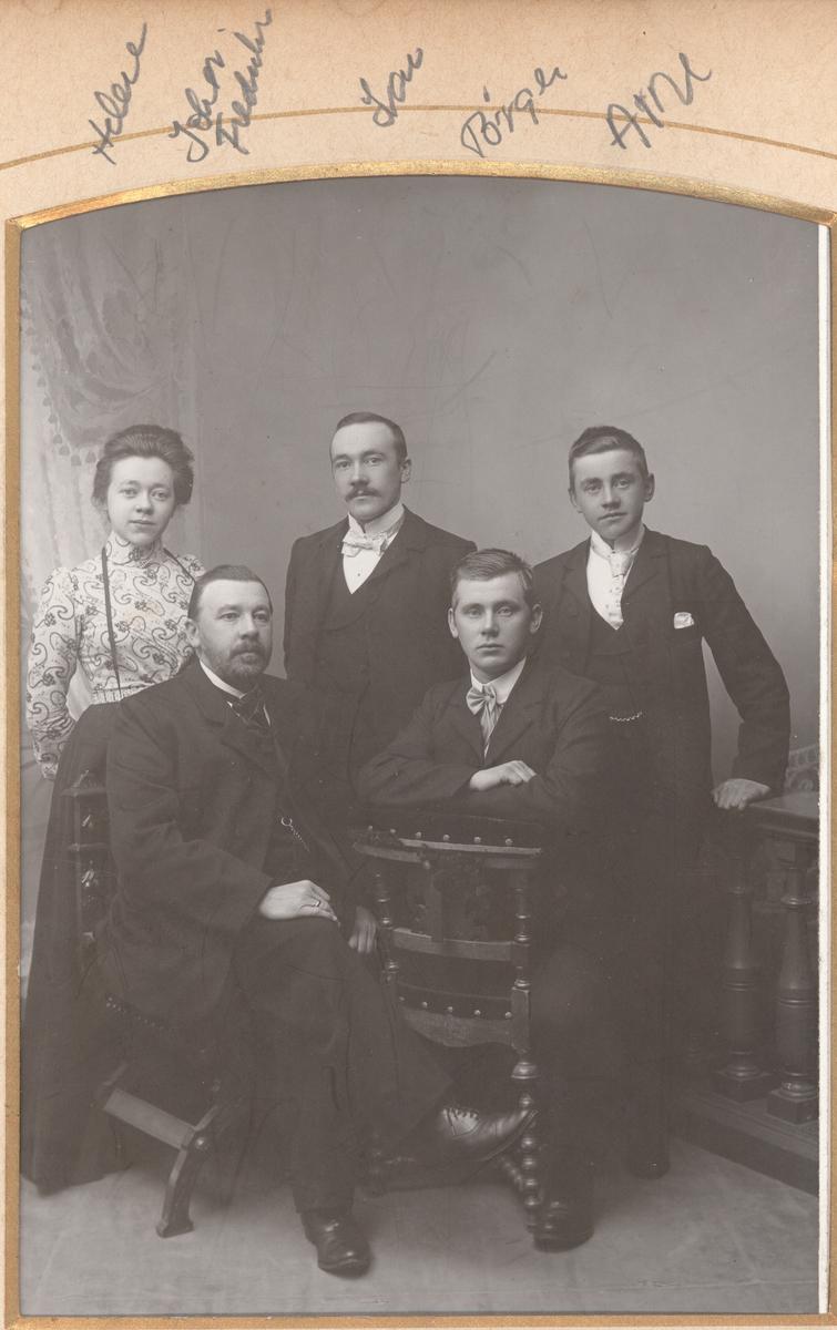 Studioportrett av fem personer.