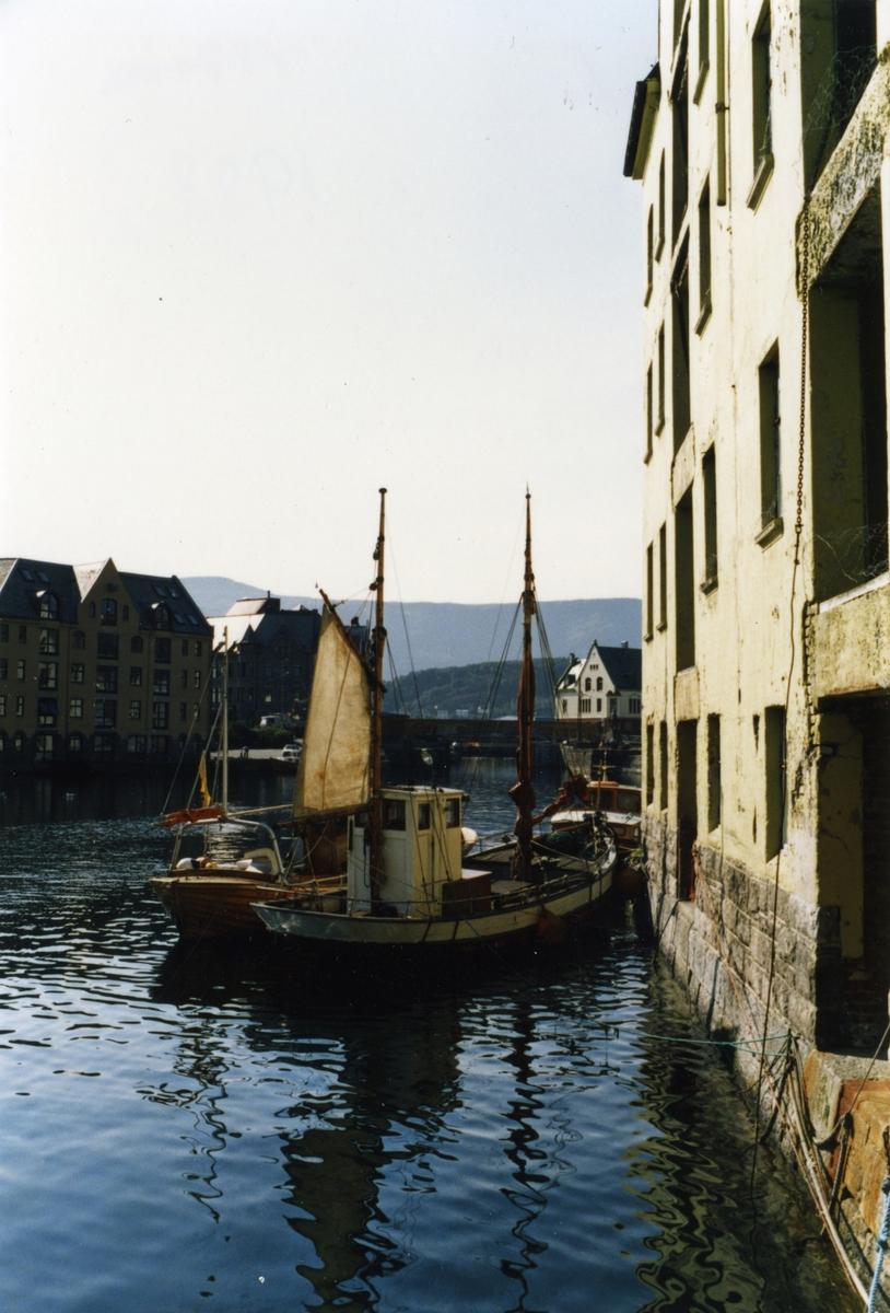 Motiv av havnemiljøet i Brosundet, Ålesund. Fiskebåter ligger ved Almbua.
