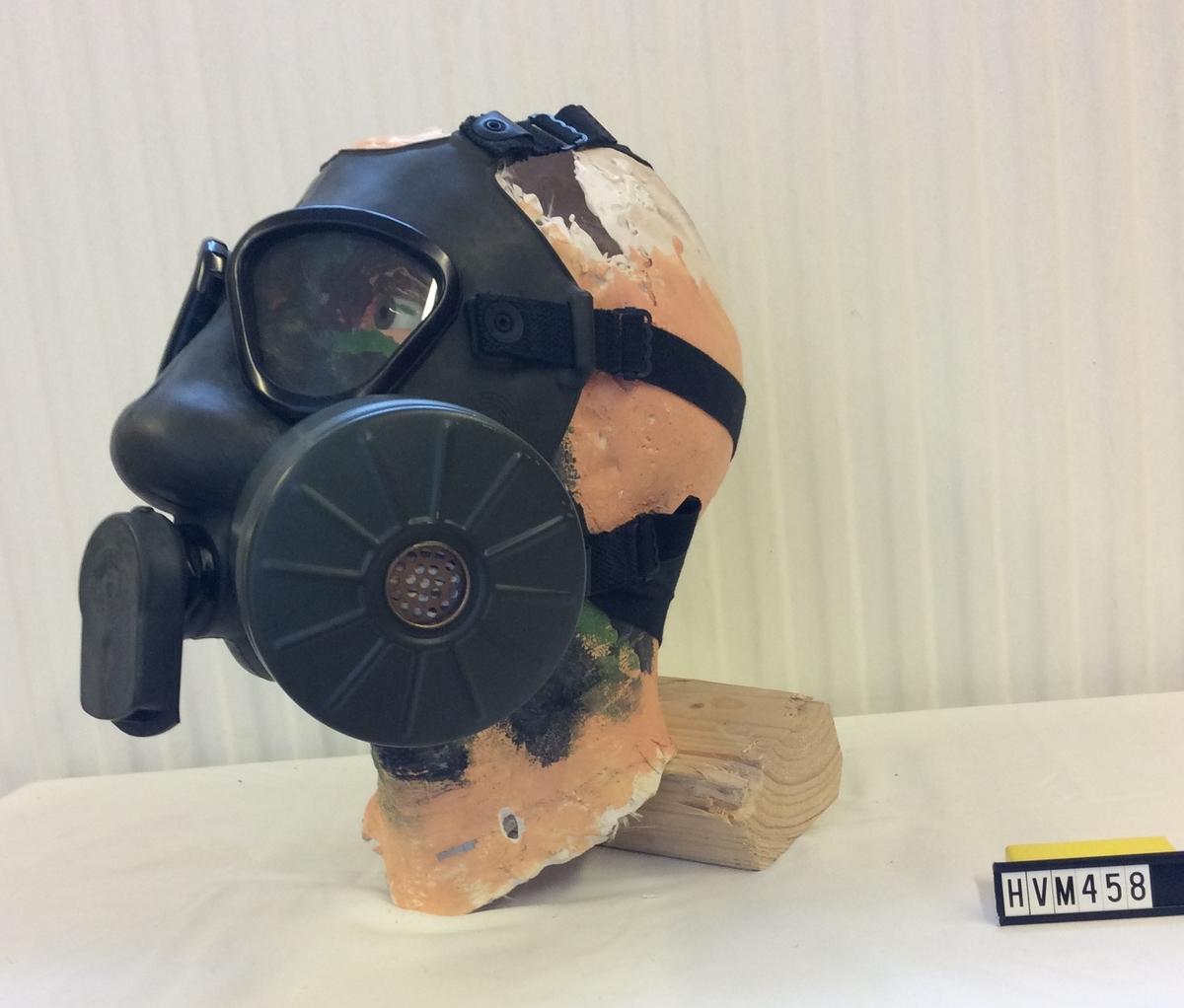 """Skyddsmask M/51, Två """"ögon"""", remmar för fastsättning runt huvudet, filter och """"munskydd"""""""