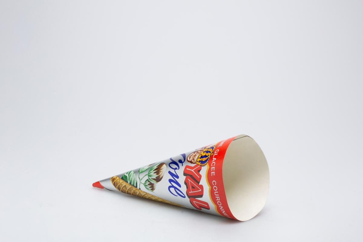 Iskrem i kjeks. Iskremen er toppet med sjokolade og hasselnøttstrø. Hasselnøttplante med tre hasselnøtter. Ansikt av et barn som har på seg en krone.