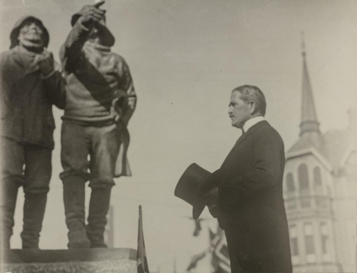 """Konsul B. Stolt-Nilsen ved avsløringen av """"Fiskerne"""" som han skjenket byen i 1920."""