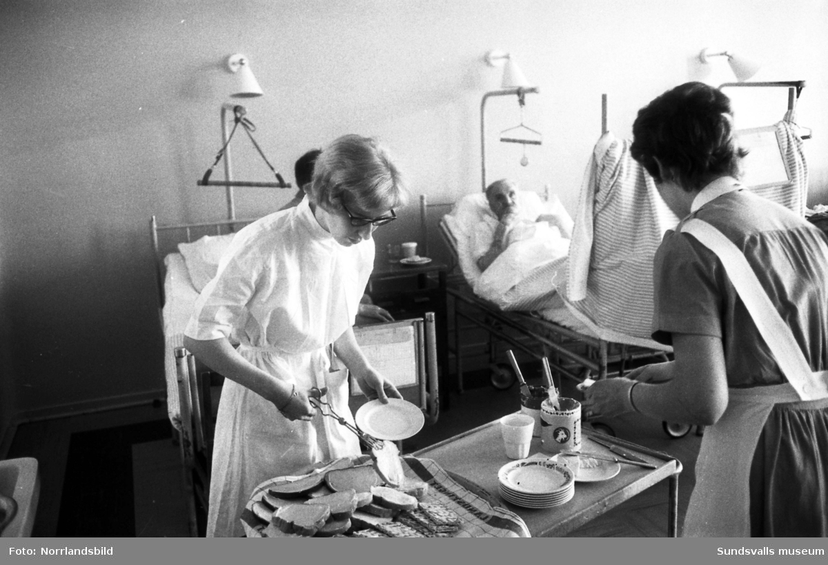 Reportage i Dagbladet 1961 från Sundsvalls lasarett, kirurgavdelningen. Reportern Catja på tidningen praktiserar som sjukvårdsbiträde och vägleds av biträdet Birgitta Modin.