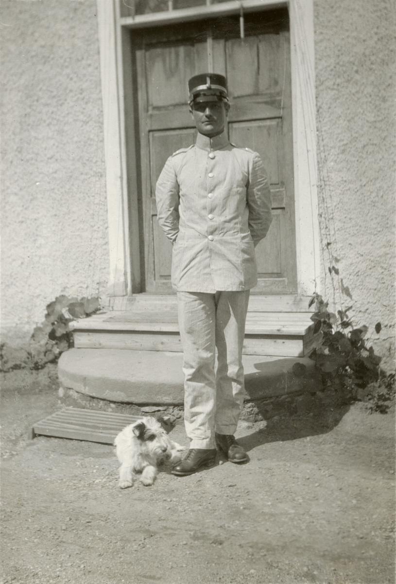 Officer i uniform tillsammans med hund.