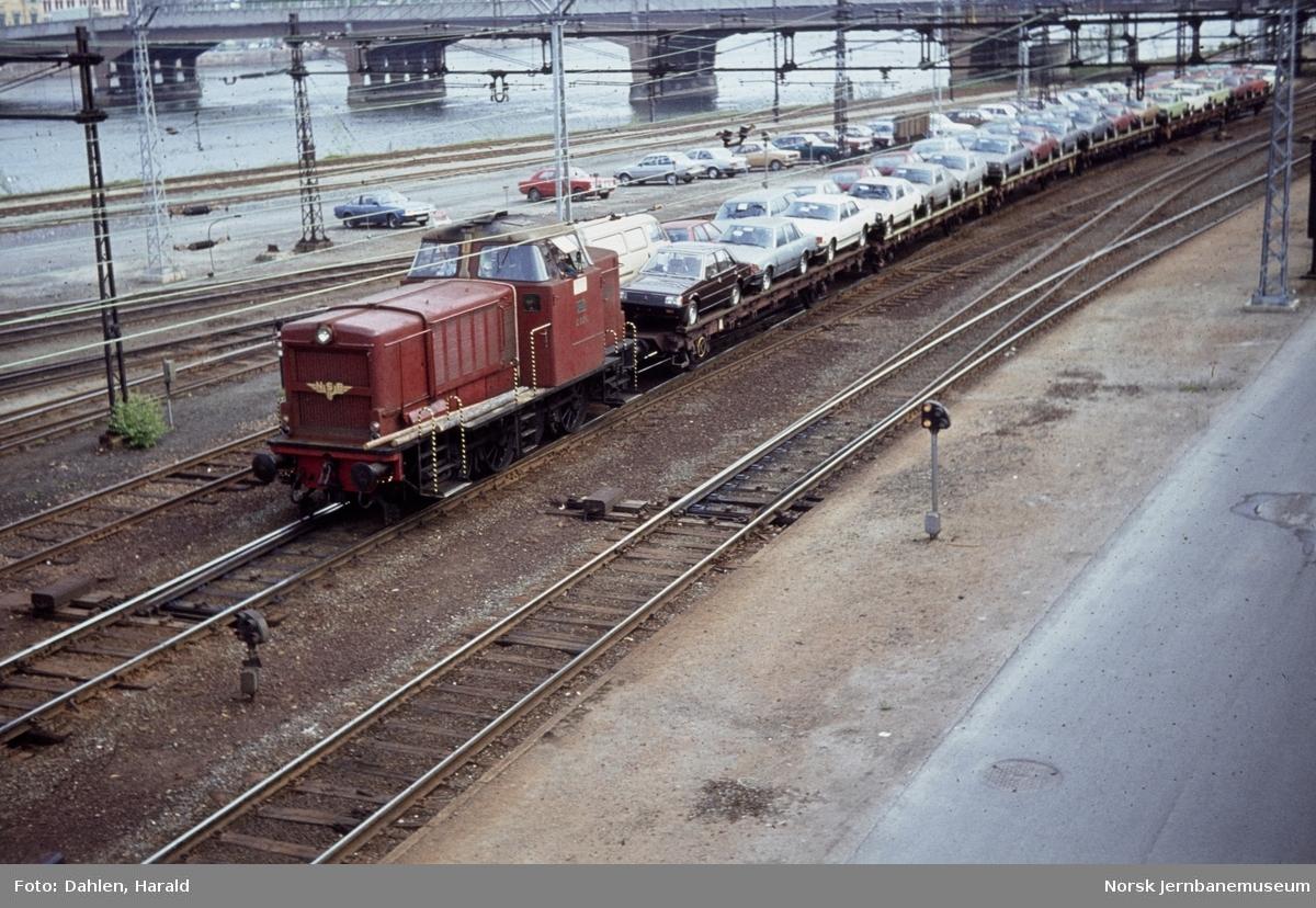 Diesellokomotiv Di 2 826 med kipptog med bilvogner ved Skamarken i Drammen