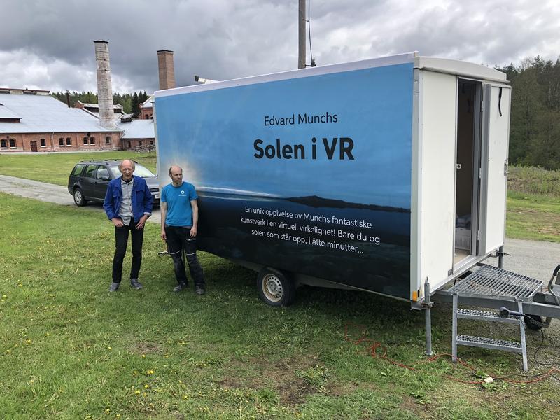 Hjulbrakke med Edvard Munchs Solen i VR på Klevfos.