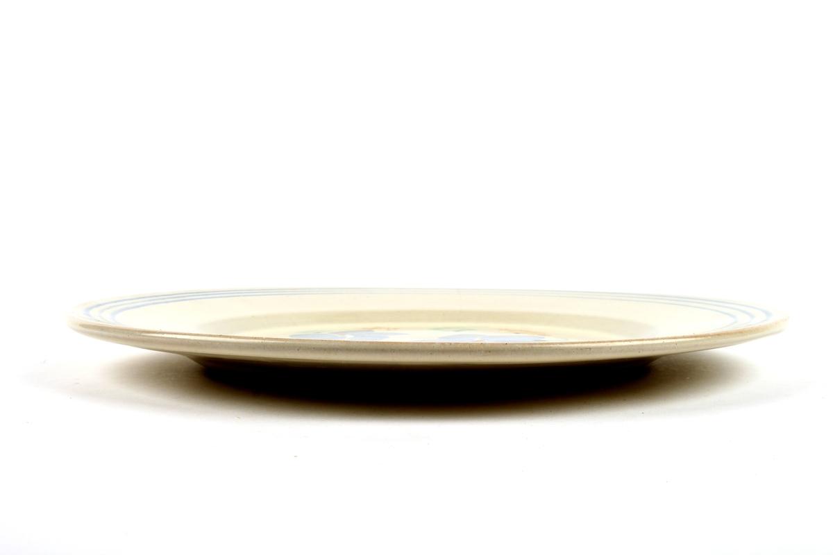 Flat fat med rød sopp.